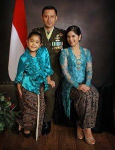 Agus Harimurti Yudhoyono foto bersama anak dan istrinya. Foto: internet