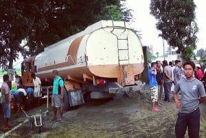 Polisi dan warga melihat kondisi kecelakaan truk di Jalan Lintas Sumatera (Jalinsum) Lubuk Pakam - Tebing Tinggi, Sumut,Rabu (28/9). MTD/Budhie Gaspa