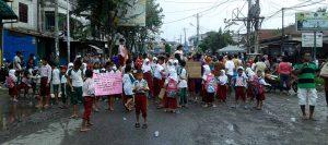 Puluhan siswa SD dari Yayasan Berdikari melakukan aksi blokir Jalan di Simpang Kantor, Jalan Titi Pahlawan, Medan Labuhan, Kamis, (13/10/2016). MTD/Budhie Gaspa