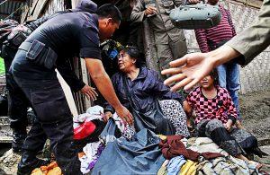 Petugas mengamankan warga yang menolak penggusuran guna perluasan jalur rel ganda kereta api di kawasan pinggiran rel Jalan Timah Medan, Sumatera Utara, Rabu (26/10). Warga yang menempati lahan aset milik PT KAI tersebut menolak digusur sebelum dilakukan relokasi. MTD/Efendi Siregar