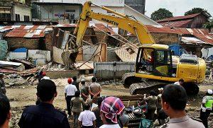 Petugas PT KAI membongkar rumah warga pada kegiatan penertiban bangunan yang terletak di kawasan pinggiran rel Jalan Timah Medan, Sumatera Utara, Rabu (26/10). MTD/Efendi Siregar