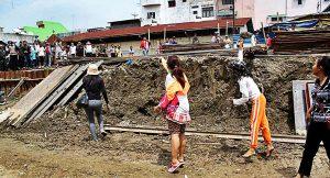 Melakukan penolakan digusur warga melempari dengan lumpur karena menolak Petugas PT KAI membongkar rumah di kawasan pinggiran rel Jalan Timah Medan, Sumatera Utara, Rabu (26/10). MTD/Efendi Siregar