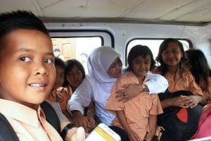Menteri Sosial Republik Indonesia, Khofifah Indar Parawansa, berfoto bersama anak anak pengungsi Gunung Api Sinabung diatas Bus Sekolah Alfamart yang akan digunakan untuk mengantar jemput anak anak pengungsi, Posko Pengungsian Gereja Batak Karo Protestan, Simpang Enam, Kabanjahe, Karo, pada Sabtu 14/10. GATHA GINTING for MEDAN-TODAY.com