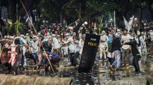 Sejumlah orang melempar batu saat unjuk rasa empat November di Jakarta, Jumat (4/11) malam. ANTARA FOTO/M Agung Rajasa