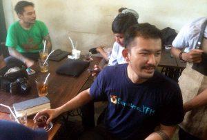 Aktor, Rio Dewanto saat berkunjung di warung Kopi Omerta, Jalan Wahid Hasyim,Medan. MTD/Anwar Saragih