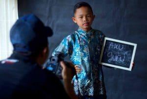 Seorang fotografer memotret anak dari  panti asuhan taruna melati,Siantar. istimewa