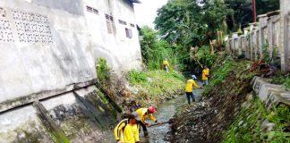 Antisipasi terjadinya banjir karena intensitas hujan tinggi belakangan ini, membuat jajaran Kecamatan Medan Amplas gencar melakukan pembersihan dan pengorekan parit inpres di Kelurahan Medan Amplas, Rabu (11/10/2017)