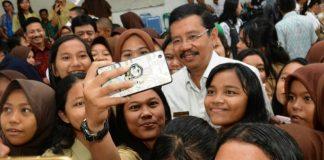 Gubernur Sumut Tengku Erry Nuradi, Jumat (13/10/2017) diajak selfie sama siswi di satu sekolah yang berada di daerah Labuhan Batu Utara. (medanToday.com)Gubernur Sumut Tengku Erry Nuradi, Jumat (13/10/2017) diajak selfie sama siswi di satu sekolah yang berada di daerah Labuhan Batu Utara. (medanToday.com)