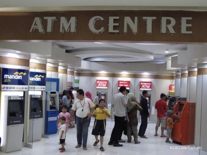 Uang beredar di akhir tahun: Warga bertransaksi menggunakan ATM di Bogor, Sabtu (3/1). Bank Indonesia memperkirakan uang yang beredar (UYD) pada akhir tahun 2014 mencapai Rp 542,8 triliun-Rp 566,4 triliun. Angka ini meningkat sebesar 8,6%-13,3% dibandingkan dengan uang yang beredar pada akhir tahun 2013 yang sebesar Rp 500 triliun. KONTAN/Baihaki/3/1/2015