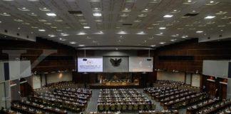 JAKARTA,25/10-PENGESAHAN UU APBN 2018. Menteri Keuangan Sri Mulyani menghadiri rapat terkait Rancangan Undang-Undangan (RUU) tentang Anggaran Pendapatan dan Belanja Negara (APBN) 2018 untuk disahkan menjadi Undang-Undang (UU) saat Rapat Paripurna DPR RI di gedung Nusantara II, Kompleks Parlemen, Senayan, Jakarta, Rabu (25/10). Dewan Perwakilan Rakyat (DPR) RI telah menyetujui postur anggaran dan mengesahkan Anggaran Pendapatan dan Belanja Negara (APBN) 2018 dengan target pendapatan negara Rp 1.894,7 triliun dan pagu belanja negara Rp 2.220,7 triliun. KONTAN/Fransiskus Simbolon/25/10/2017