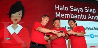 Direktur Utama Telkomsel Ririek Adriansyah (tengah), Direktur Sales Sukardi Silalahi (kanan) dan Direktur IT Telkomsel Montgomery A. Hong hadir saat peluncuran GraPARI Virtual Telkomsel di Jakarta, Kamis (24/08). Layanan mandiri yang diakses oleh pelanggan melalui berbagai social chat platform, yakni LINE, Facebook Messenger dan Telegram ini diharapkan dapat memberikan pengalaman mobile digital lifestyle terbaik kepada para penggunanya. KONTAN/Cheppy A. Muchlis/24/08/2017