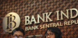 Direktur Eksekutif Pusat Program Transformasi Bank Indonesia (PPTBI) Onny widjanarko (kiri) bersama Direktur Eksekutif Departemen Kebijakan dan Pengawasan Sistem Pembayaran (DKSP) BI Eni panggabean (kanan) memberikan keterangan pers tentang penerbitan Peraturan Bank Indonesia (PBI) No 19/8/PBI/2017 mengenai penetapan Gerbang Pembayaran Nasional (GPN) atau National Payment Gateway (NPG) di Jakarta, Kamis (6/7). BI menetapkan kebijakan GPN NPG melalui interkoneksi switching untuk mewujudkan interoperabilitas sistem pembayaran nasional. ANTARA FOTO/Muhammad Adimaja/Spt/17