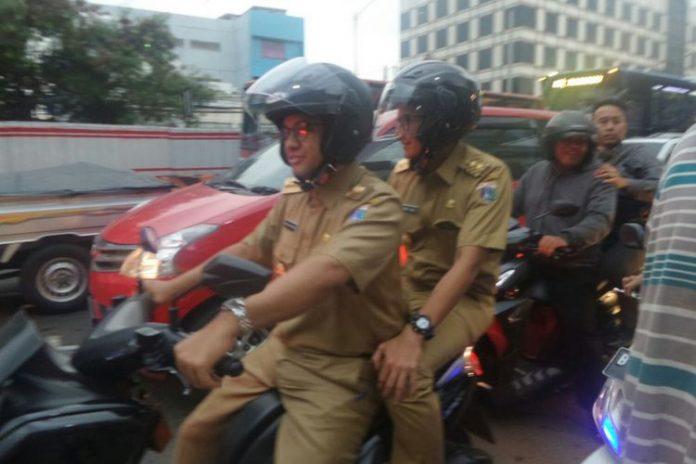 Gubernur DKI Jakarta Anies Baswedan dan Wakil Gubernur Sandiaga Uno boncengan menerobos kemacetan Mampang di sore hari, Selasa (17/10/2017). (KOMPAS.com/JESSI CARINA )