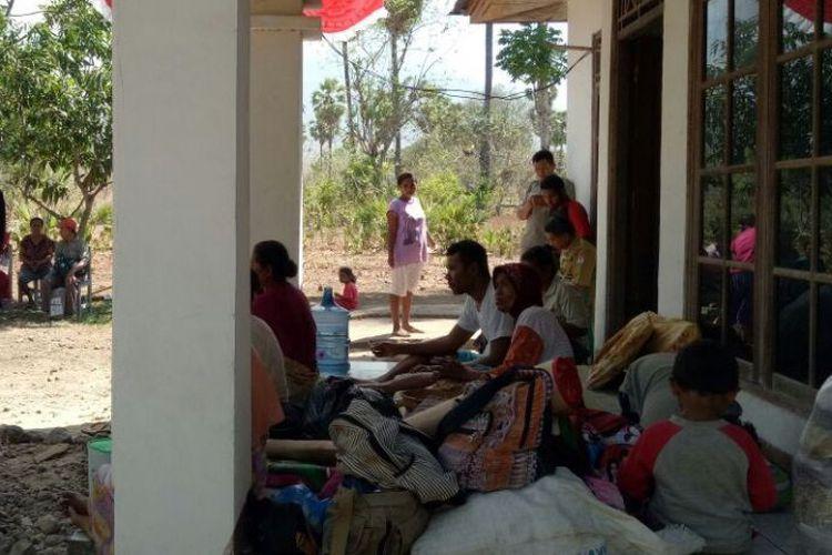 Warga sedang mengungsi di Kantor Camat Ile Ape, Lembata, Nusa Tenggara Timur, Selasa (10/10/2017)(Dokumen BPBD Kabupaten Lembata)