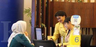 Pelayanan nasabah di kantor cabang Bank Central Asia, Jakarta, Rabu (11/1). Berdasarkan data Otoritas Jasa Keuangan, dana repatriasi yang masuk ke sistem keuangan nasional mencapai Rp100 triliun dari total komitmen Rp143 triliun. Sebagian besar ditampung di instrumen deposito. KONTAN/Cheppy A. Muchlis/11/01/2017
