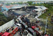 Korban meninggal akibat ledakan mercon dibawa ambulan di Jalan SMPN, Kosambi, Tangerang, Kamis (26/10/2017).(KOMPAS/AGUS SUSANTO)