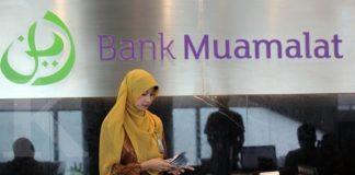Teller menghitung uang di Bank Muamalat, Jakarta Selatan, Kamis (10/3). Baihaki/10/3/2016