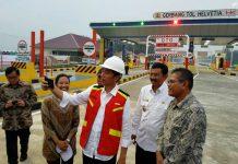 Presiden Jokowi menyempatkan diri berfoto selfie bersama Gubernur Sumut Tengku Erry Nuradi, Menteri BUMN Rini S Soemarno dan Menteri PU PR Basuki Hadimudjono.
