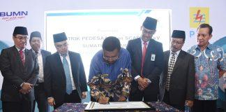 Usai memimpin upacara peringatan Hari Listrik Nasional (HLN) ke-72 yang digelar PLN Sumut di Lapangan Merdeka Medan, Jumat (27/10/2017), Gubernur Sumatera Utara (Gubsu) Tengku Erry Nuradi meresmikan listrik pedesaan.