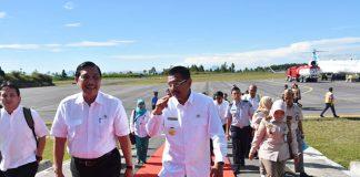 Menteri Pariwisata (Menpar) Arief Yahya mengingatkan agar pemerintah daerah dan masyarakat di sekitar kawasan Danau Toba mempersiapkan diri seiring dibukanya pintu gerbang pariwisata di Bandara Silangit mulai didarati penerbangan internasional dari Singapura.