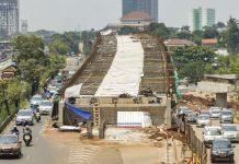 ANTARA FOTO/GALIH PRADIPTA Sejumlah kendaraan melintas di samping proyek pembangunan Jalan Layang Tol Depok-Antasari di jalan TB Simatupang, Jakarta, Senin (11/9/2017). Jalan tol Depok-Antasari (Desari) merupakan jalan tol penghubung Kota Jakarta Selatan dan Kota Depok sepanjang 12 kilometer yang diprediksi akan mengurangi kepadatan di jalan tol Jagorawi dan kemacetan di jalur utama TB Simatupang dan Lenteng Agung yang ditargetkan akan selesai pada 2018. ANTARA FOTO/Galih Pradipta/pras/17