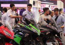 Petugas menawarkan pembelian sepeda motor kepada pengunjung pameran Indonesia Motor Show 2016 di Jakarta, Rabu (2/11). Industri otomotif yang cenderung turun pada tahun 2016 ini menyebabkan pembiayaan sektor ini mengalami penurunan signifikan. Hal ini berdampak pada industri multifinance dan asuransi kendaraan bermotor di dalam negeri. KONTAN/Cheppy A. Muchlis/02/11/2016