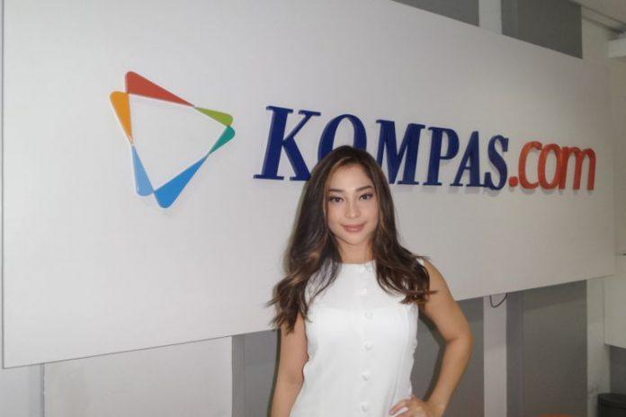 Nikita Willy berpose di kantor redaksi Kompas.com di Palmerah Selatan, Jakarta Pusat, Rabu (1/11/2017). Kedatangannya untuk mempromosikan film horor Gasing Tengkorak yang merupakan garap rumah produkai Dee Company & MD Pictures.(KOMPAS.com/Tri Susanto Setiawan)