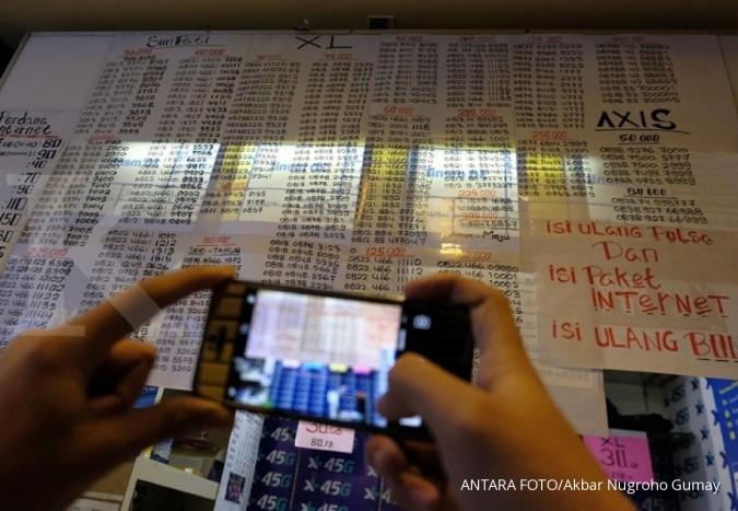 Pedagang meregistrasi kartu prabayar pada gerai miliknya di Mall Ambasador, Jakarta, Jumat (3/11). Pemerintah mewajibkan registrasi ulang SIM card bagi para pengguna telepon seluler hingga 28 Februari 2018 dengan memakai nomor NIK dan kartu keluarga (KK), serta menjamin kemananan data-data mereka dari penyalahgunaan. KONTAN/Fransiskus Simbolon/03/11/2017