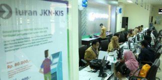 Peserta sedang mengantre untuk mengurus BPJS kesehatan di kantor BPJS Cabang Utama Palembang, Selasa (18/7/2017). Sampai saat ini di seluruh Indonesia terdapat 20.877 Fasilitas kesehatan tingkat pertama untuk peserta Jaminan Kesehatan Nasional-Kartu Indonesia Sehat (JKN-KIS). (TRIBUNSUMSEL/M.A.FAJRI)