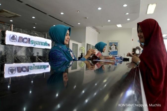 Nasabah bertransaksi di teller BCA Syariah di Jakarta, Selasa (31/10). Tahun depan BCA Syariah akan menerbitkan 12.000 uang elektronik Flazz BCA Syariah, hal tersebut dilakukan untuk mendukung program penggunaan non tunai dari pemerintah dan untuk memberikan pelayanan serta kemudahan kepada nasabahnya. KONTAN/Cheppy A. Muchlis/31/10/2017