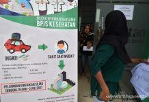 Warga meninggalkan ruang kantor usai mengecek iuran kepesertaanya di Kantor Badan Penyelenggara Jaminan Kesehatan (BPJS) Palu, Sulawesi Tengah, Senin (19/6). BPJS mempermudah layanan kesehatan bagi pemudik mulai H-7 sampai H+7 Idulfitri dengan menerima pengobatan di setiap Unit Gawat Darurat (UGD) setiap rumah sakit mitranya tanpa mempersyaratkan surat rujukan. ANTARAFOTO/Basri Marzuki/foc/17.