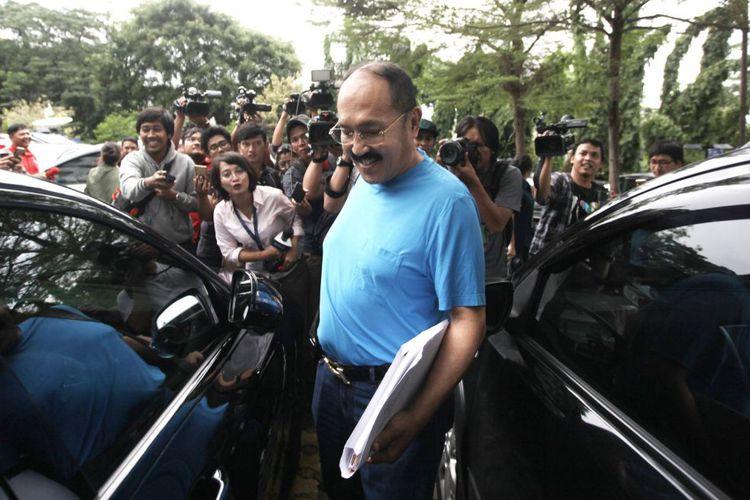 Kuasa Hukum Setya Novanto Fredrich Yunadi (tengah) menjawab pertanyaan wartawan di RSCM Kencana, Jakarta, Sabtu (18/11/2017). Fredrich Yunadi mengatakan bahwa saat ini kondisi Setya Novanto masih belum pulih usai mengalami kecelakaan dikawasan Permata Hijau dan pasca Komisi Pemberantasan Korupsi (KPK) memberitahukan bahwa status kliennya dinaikkan dari tersangka menjadi tahanan.(ANTARA FOTO/RENO ESNIR)