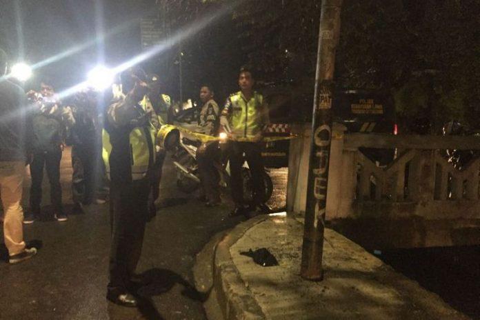 Tiang yang ditabrak mobil yang diduga ditumpangi Ketua DPR RI Setya Novanto, Kamis (16/11/2017).(KOMPAS.com/David Oliver Purba)