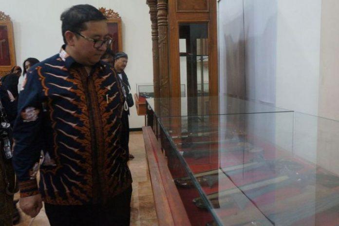 Wakil Ketua DPR RI Fadli Zon saat meninjau keris yang dipamerkan dalam pembukaan Festival Keris 2017 di Institut Seni Indonesia (ISI) Solo, Jawa Tengah, Sabtu (25/11/2017).(KOMPAS.com/Labib Zamani)