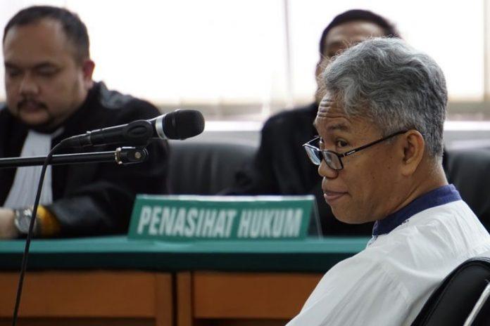 Terdakwa kasus dugaan pelanggaran UU ITE, Buni Yani mengikuti persidangan dengan agenda pembacaan tuntutan di Gedung Perpustakaan dan Arsip Kota Bandung, Jawa Barat, Selasa (3/10). Buni Yani, dituntut oleh Jaksa Penuntut Umum (JPU) selama dua tahun penjara serta dikenakan denda Rp100 juta dengan subsider tiga bulan kurungan. ANTARA FOTO/Agus Bebeng/foc/17.(ANTARA FOTO/AGUS BEBENG)