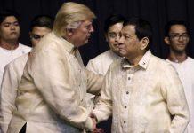 Presiden AS Donald Trump bertemu Presiden Filipina Rodrigo Duterte saat agenda makan malam konferensi ASEAN di Pasay City, Filipina.(ATHIT PERAWONGMETHA / POOL / AFP)