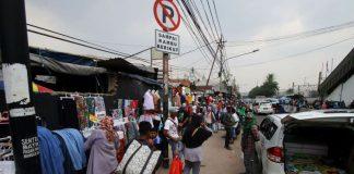 Sejumlah Pedagang Kaki Lima (PKL) berdagang di atas trotoar di Tanah Abang, Jakarta, Rabu (18/10/2017). Meskipun sudah ditertibkan, para PKL tersebut masih saja berjualan di atas trotoar dengan alasan harga sewa toko yang sangat mahal.(ANTARA FOTO/RIVAN AWAL LINGGA)
