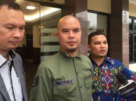 Ahmad Dhani menjalani pemeriksaan sebagai saksi atas kasus ujaran kebencian terhadap pendukung Basuki Tjahaja Purnama atau Ahok, di Mapolres Jakarta Selatan, Selasa (10/10/2017).(KOMPAS.com/Tri Susanto Setiawan)