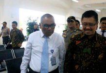 Ketua Komisi Yudisial, Aidul Fitriciada Azhari (baju batik), datang ke Rumah Sakit Siloam Buton di Kota Baubau.(KOMPAS.com/DEFRIATNO NEKE)