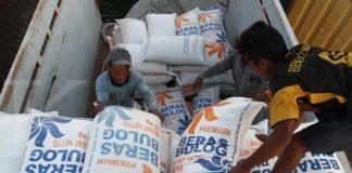 Buruh angkut memindahkan karung beras bulog yang siap di distribusikan ke beberapa wilayah nusantara melalui Pelabuhan Sunda Kelapa, jakarta, Jumat (28/04). Direktur Utama Perusahaan Umum (Perum) Badan Urusan Logistik (Bulog) Djarot Kusumayakti mengatakan, pihaknya telah melakukan persiapan terkait pasokan kebutuhan pokok jelang bulan Ramadhan dan Hari Raya Idul Fitri 2017. Saat ini stok beras yang tersedia di Perum Bulog mencapai 1,9 juta ton, namun, dalam stok tersebut, juga ada pasokan beras sejahtera (rastra) sebanyak 230.000 ton hingga 700.000 ton untuk penyaluran rastra selama tiga bulan. KONTAN/Fransiskus Simbolon/28/04/2017
