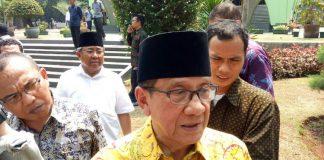 Mantan Ketua DPR Akbar Tanjung seusai melayat jenazah Azhar Romli di Kompleks Parlemen, Senayan, Jakarta, Jumat (15/9/2017)(Rakhmat Nur Hakim/Kompas.com)