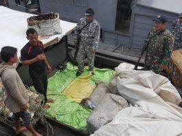 Sebuah kapal yang mengangkut 50 bal pakaian bekas ditangkap prajurit TNI AL di Perairan Bagan Asahan, Sumatera Utara (Sumut), Minggu (5/11) dini hari sekitar pukul 03.15 WIB.
