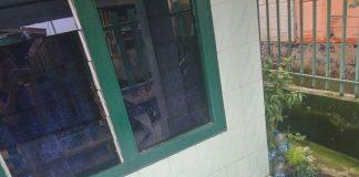 Sekelompok orang yang diduga kawanan pereman dan bandar narkoba melakukan pengerusakan terhadap rumah yang salah seroang wartawan yang berada di Jalan Rahmadsyah, Gang Makmur, Kota Matsum I, Medan Area, Kamis (30/11) dinihari tadi.