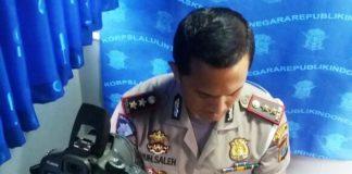 Kasat Lantas Polrestabes Medan, AKBP Muhammad Saleh sedang melakukan pengecekan SIM di layanan SIM keliling BRI, Rabu (1/11/2017)