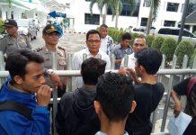 Staf Humas PDAM Tirtanadi, Zaman Karya sambangi puluhan mahasiswa yang mendemo perusahaan pelat merah milik Pemprov Sumut ini, Rabu (15/11/2017)