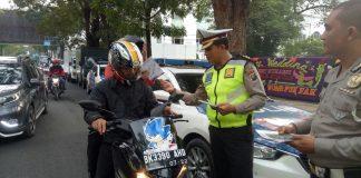 Kasat Lantas Polrestabes Medan, AKBP Muhammad Saleh membagikan brosur pengalihan arus lalu lintas, Sabtu (25/11/2017)