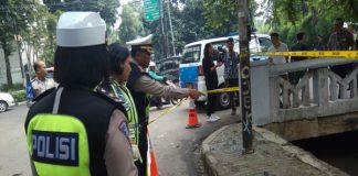 Polisi melakukan olah tempat kejadian perkara (TKP) kecelakaan yang melibatkan Ketua DPR Setya Novanto, di kawasan Permata Hijau Jakarta Selatan, Jumat (17/11/2017). Kecelakaan terjadi pada Kamis (16/11/2017) malam. - Bisnis.com/Juli Etha
