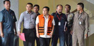 Tersangka kasus korupsi KTP elektronik Setya Novanto (tengah) meninggalkan gedung KPK seusai menjalani pemeriksaan di Jakarta, Selasa (21/11). - ANTARA/Wahyu Putro A