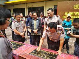 Kapolrestabes Medan Kombes Sandi Nugroho sedang menandatangani prasasti wajah baru Polsek Medan Kota yang berada tidak jauh dari Stadion Teladan, Sabtu (2/12/2017)