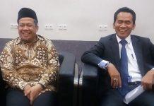 Wakil Ketua DPR RI Fahri Hamzah (kiri) bersama pengacaranya Mujahid Latief di Kompleks Parlemen, Senayan, Jakarta, kamis (14/12/2017).(KOMPAS.com/Nabilla Tashandra)
